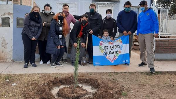 Un instituto educativo plantó árboles en un barrio de Santa Rosa