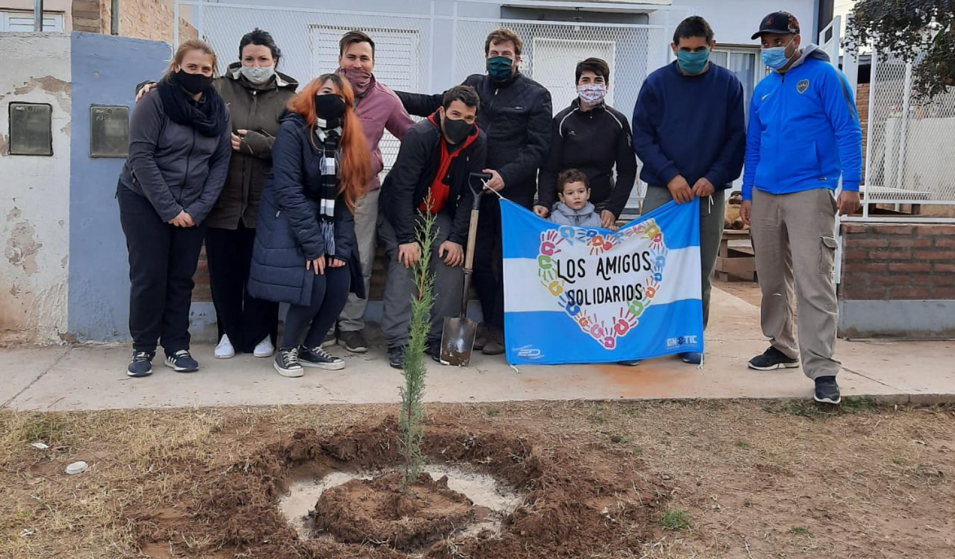 El ISESS colocó árboles en un espacio verde del barrio Nelson Mandela